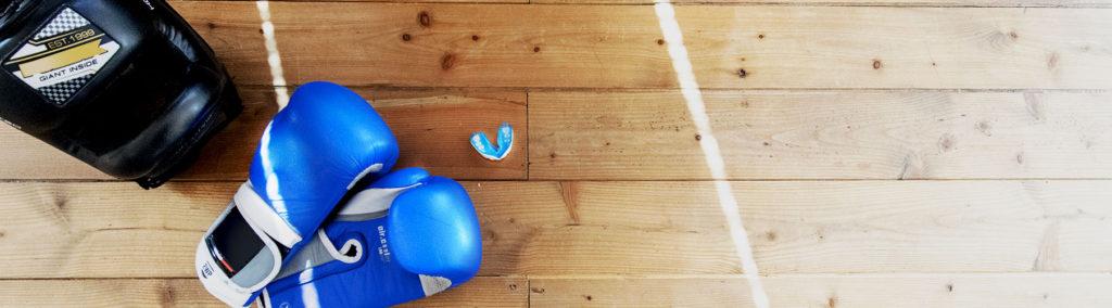 caschetto guanti e paradenti: protezioni per lo sparring